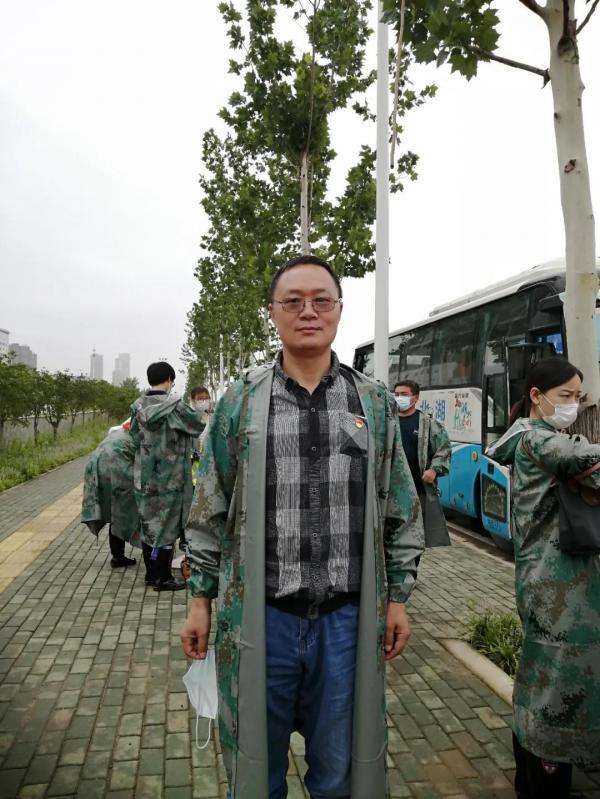 商会常务副会长盛卫敏、副会长徐斌参与巡堤防汛工作